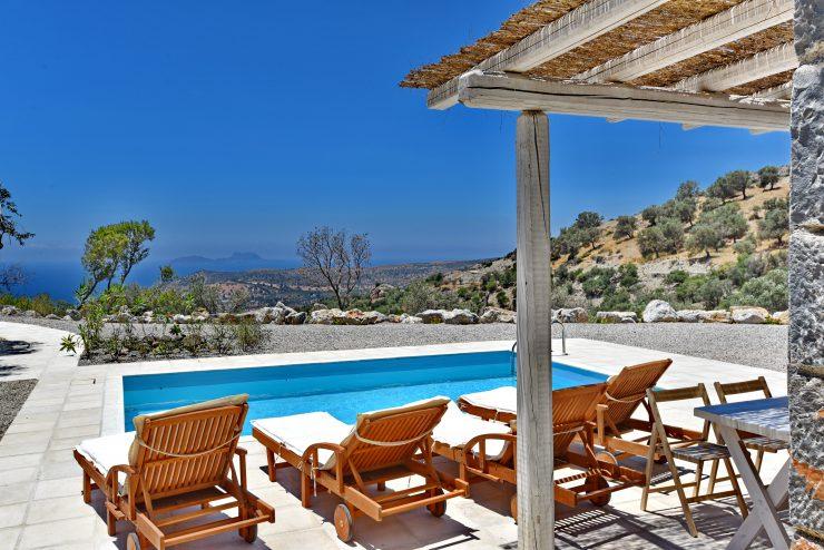 Afslapning på solsenge ved pool
