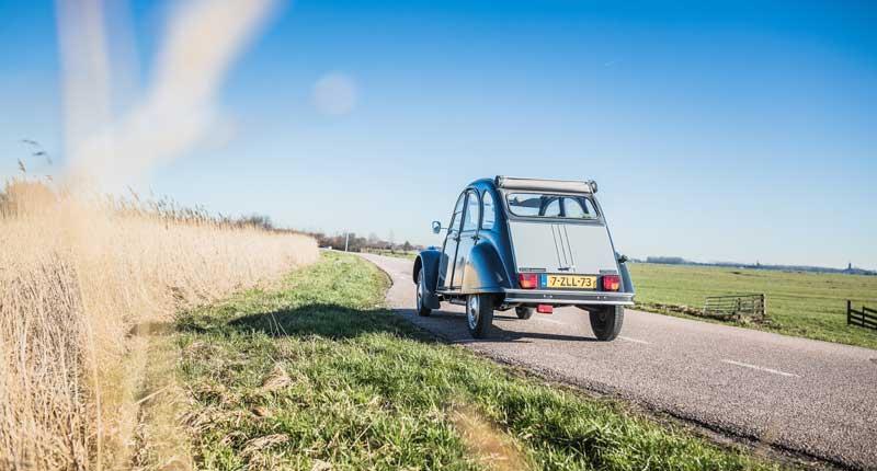 Auto rijdend door landschap